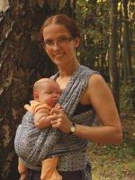 Ребенок на животе у мамы, слинг-шарф